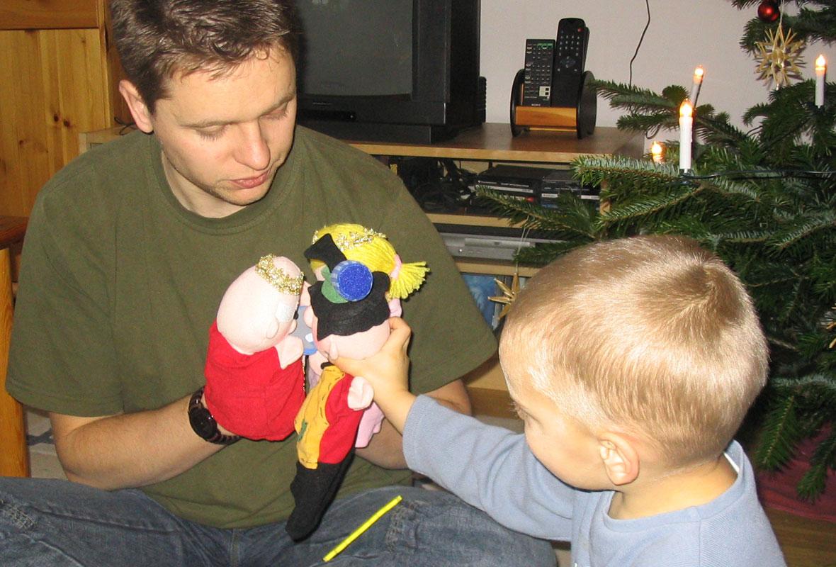 Pappa spielt mit Sohn Puppentheater