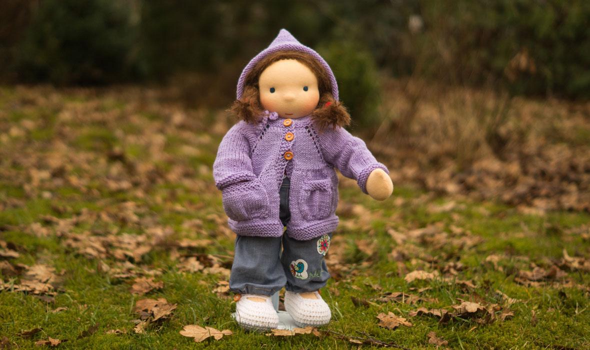 für Kinder Puppen ab 3 Jahre, Waldorfpuppe mit Jeanslatzhose und lila Strickjacke