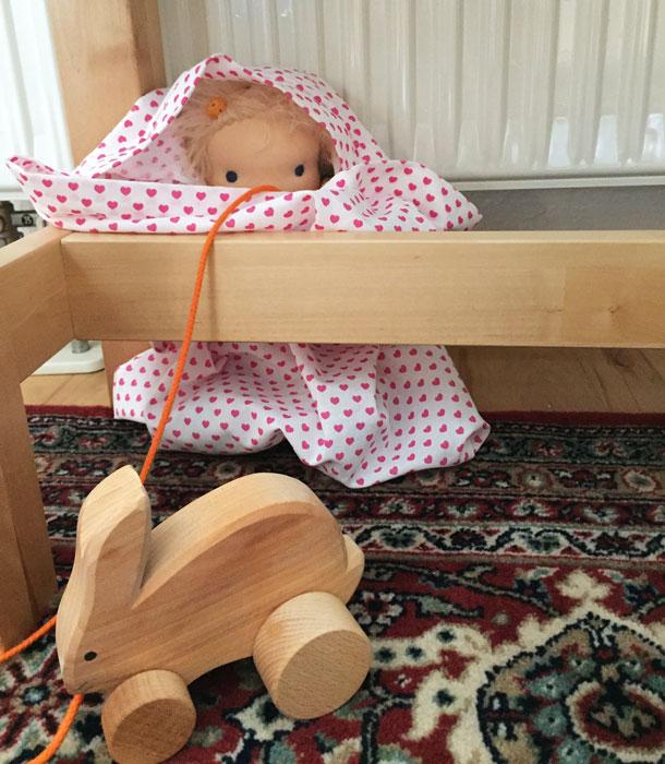 kleines Puppenkind im Osterversteck